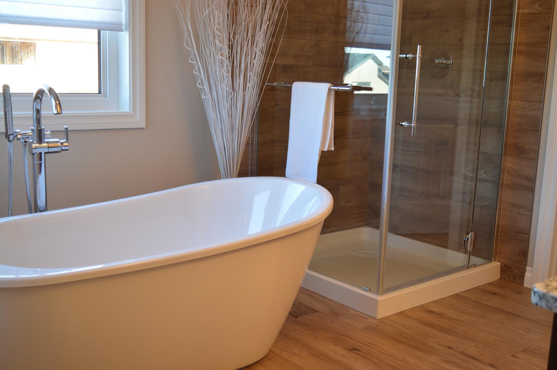 Décoration : sublimer sa salle de bain avec du parquet